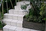 曲がり階段の庭