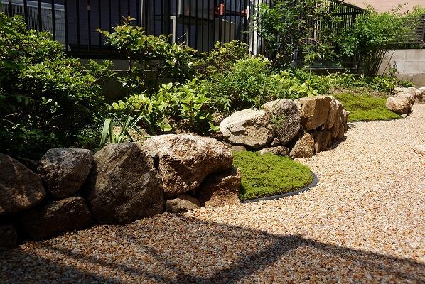 石積みとカツラの庭