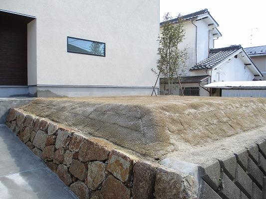 石積みと芝生の庭
